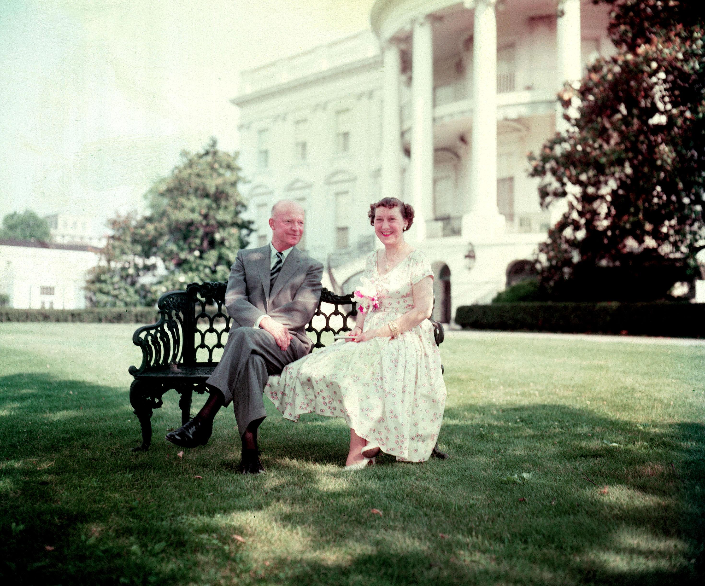 圖5:五星上將艾森豪(Dwight David Eisenhower)1954年與第一夫人於白宮草坪。