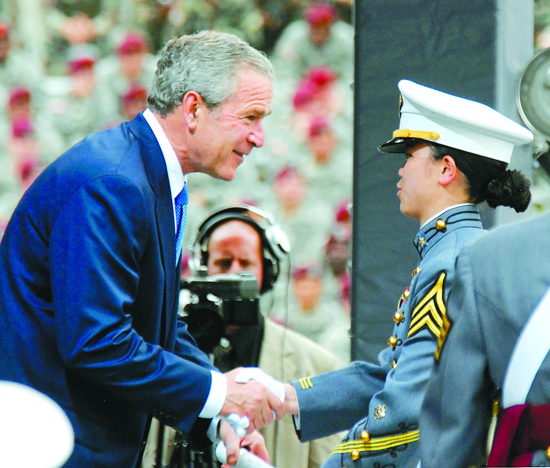 圖8:父母來自台灣的劉潔,以第一名優異成績畢業,並獲得前總統布希頒發證書。