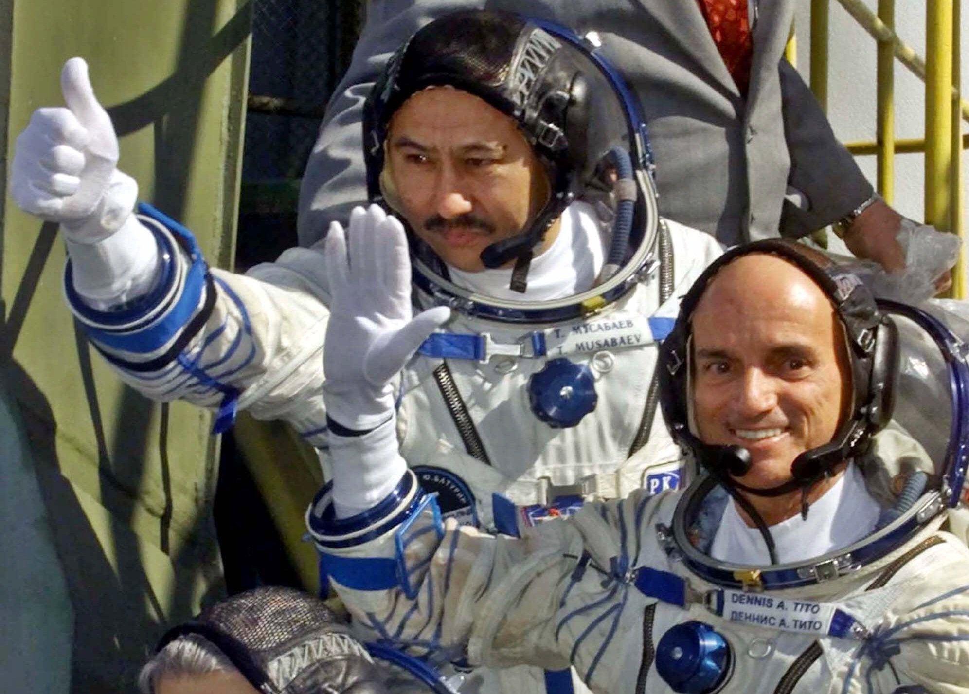 狄托(右)與俄國太空人在哈薩克搭乘Soyuz TM-32火箭載運的太空船進行太空之旅。(美聯社)