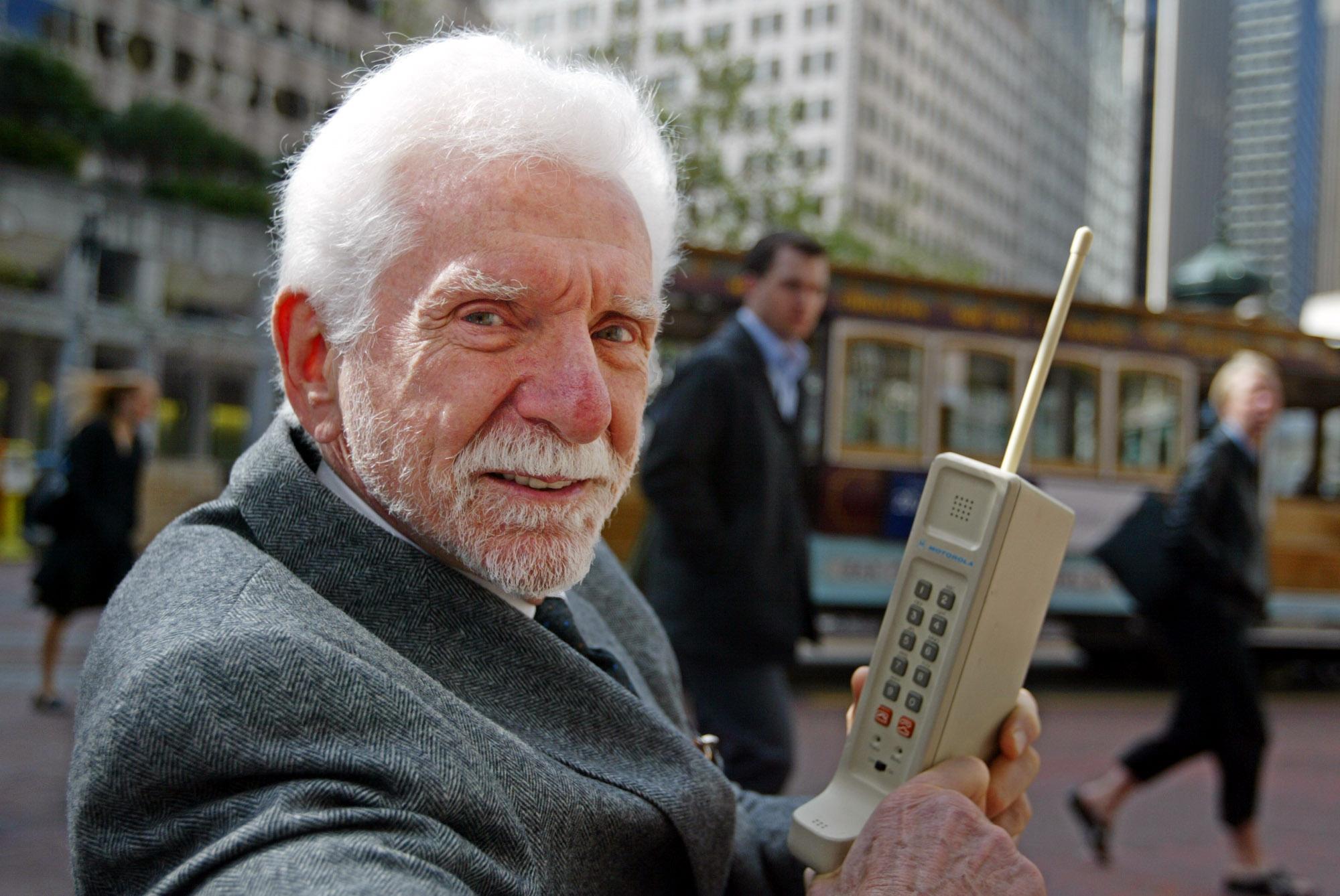 庫柏於2003年4月2日在舊金山的Market Street,展示第一代的 Motorola DynaTAC型手機。(美聯社)