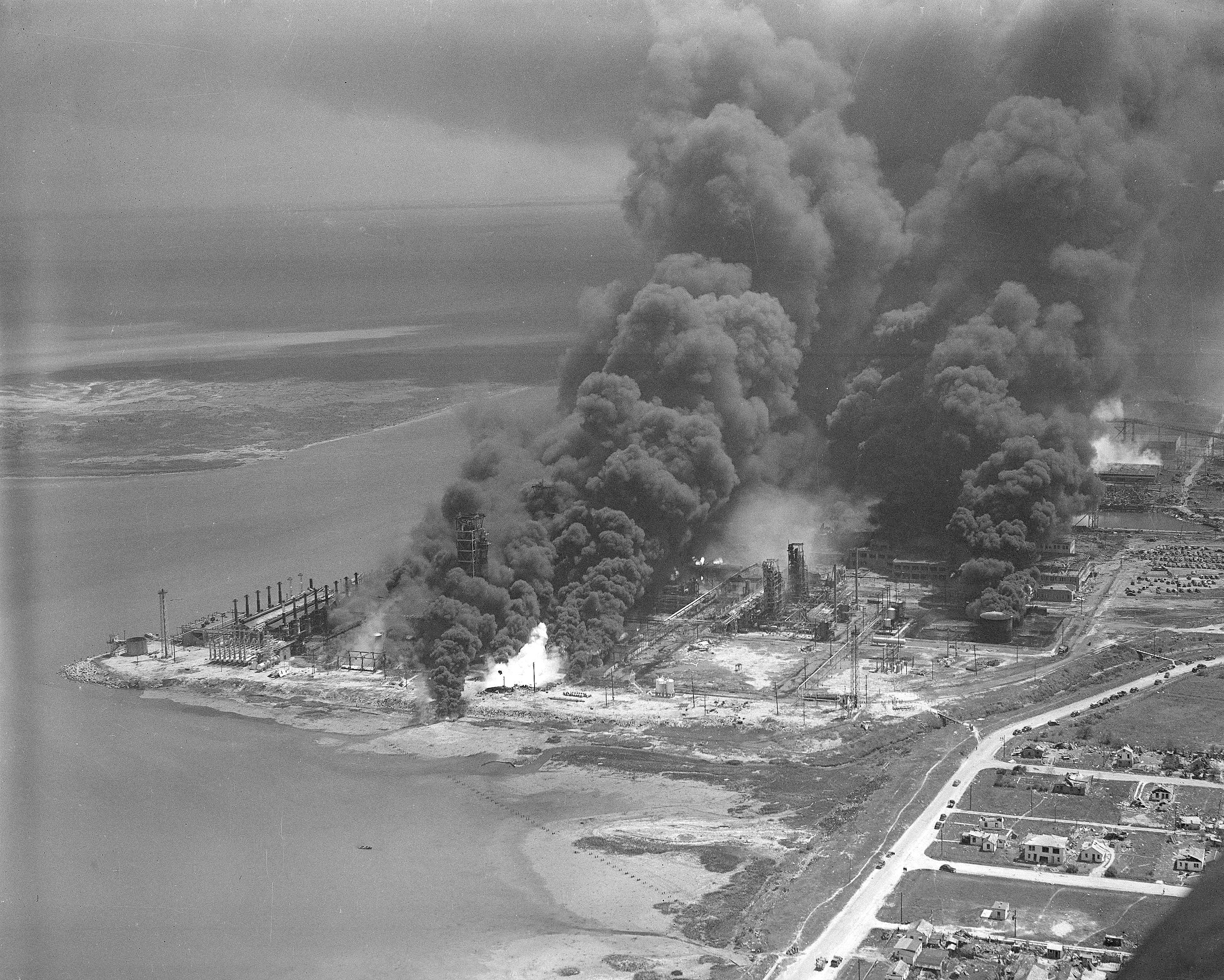 德克薩斯城港口貨船爆炸起火,濃煙密佈。美聯社