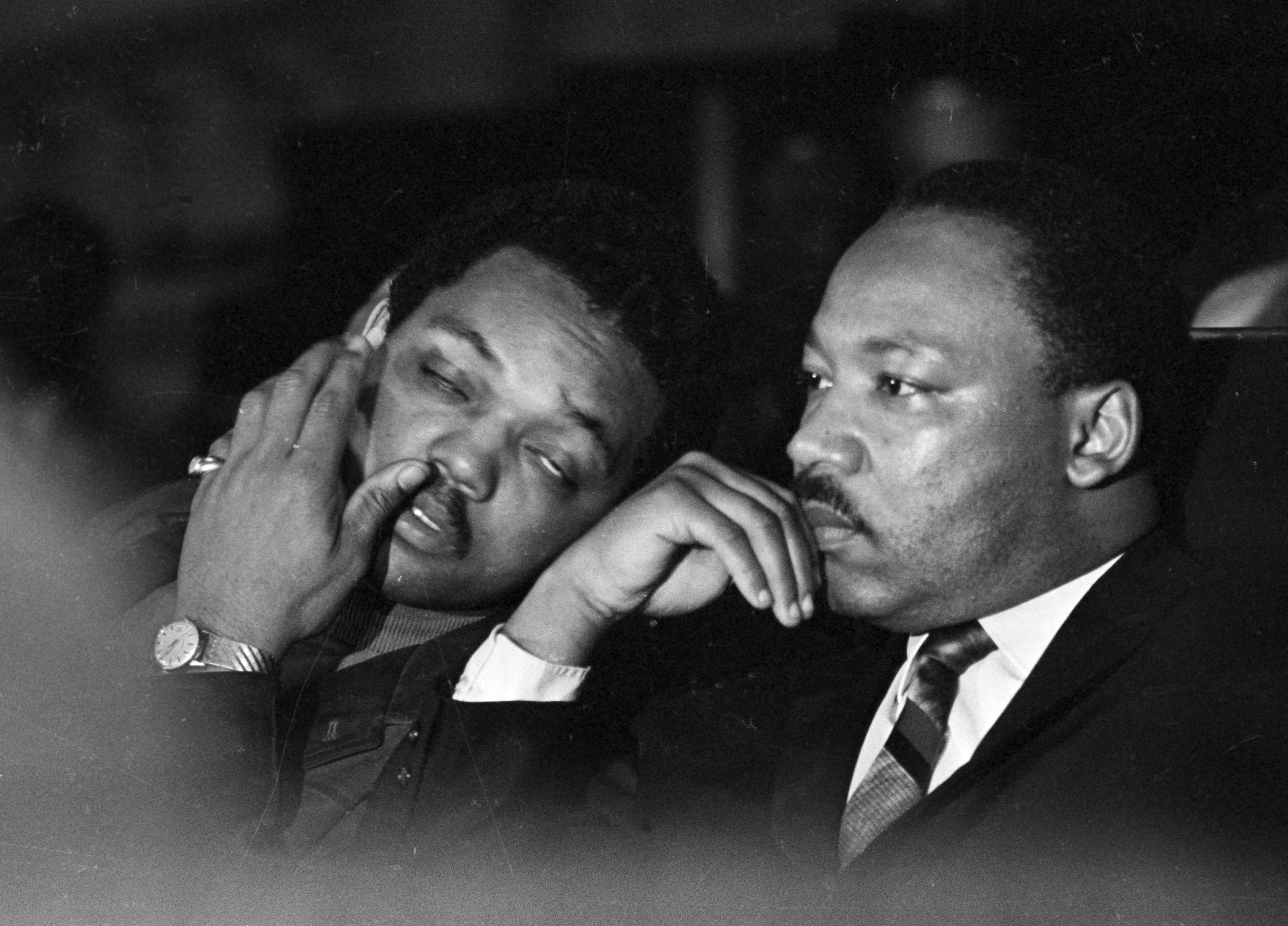金恩與傑克遜牧師(左),4月4日在田納西州孟菲斯市聲援非裔清潔工人罷工。(美聯社)