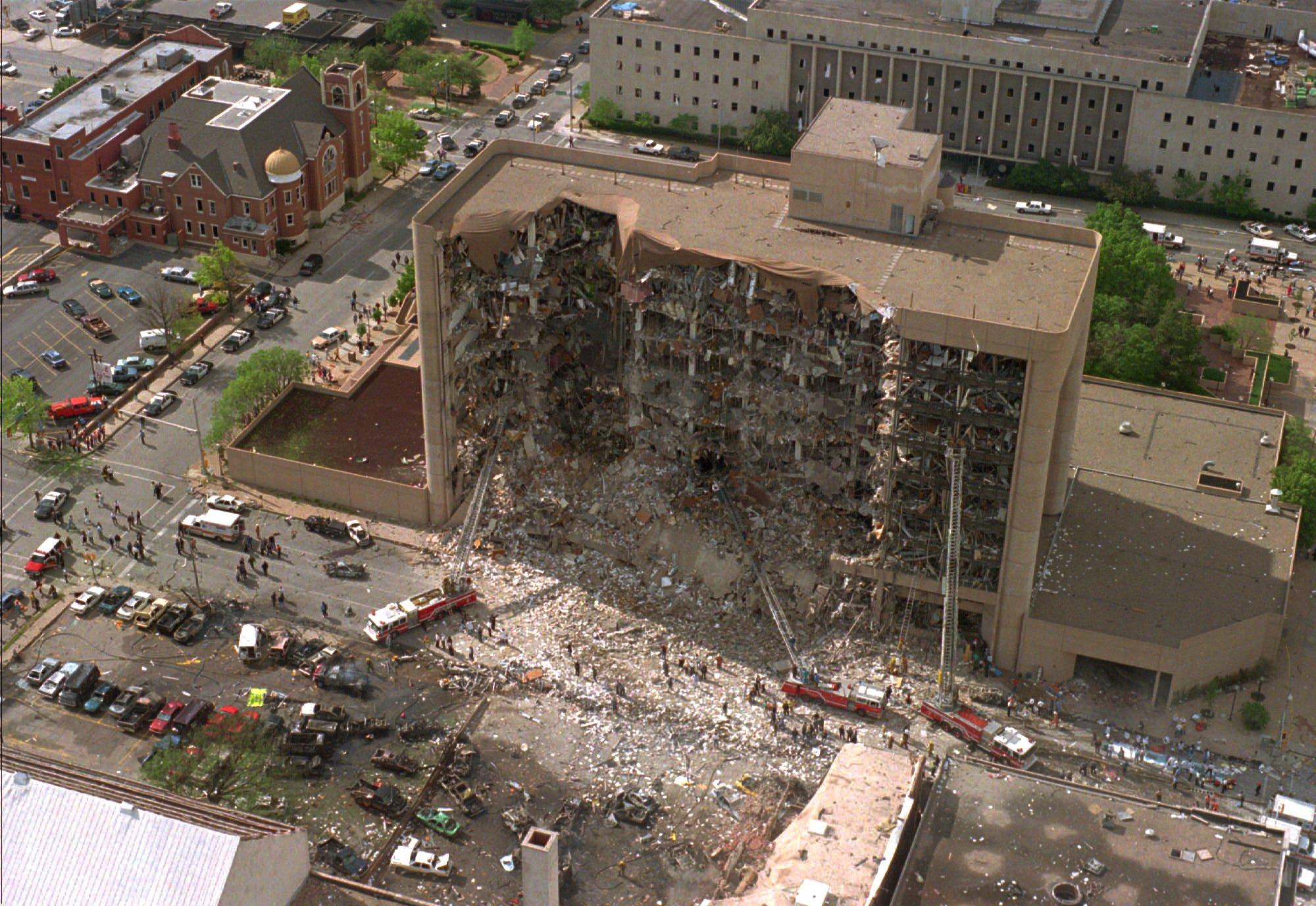 1995年4月19日,奧克拉荷馬州奧克拉荷馬市的Alfred Murrah 聯邦大樓遭受到汽車炸彈攻擊,北側樓面整個被炸開。 (美聯社)