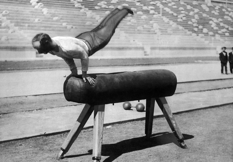 德國體操選手Karl Schumann ,1896年4月9日在第一屆國際夏季奧林匹克運動會表演鞍馬,他獲得金牌。(美聯社)
