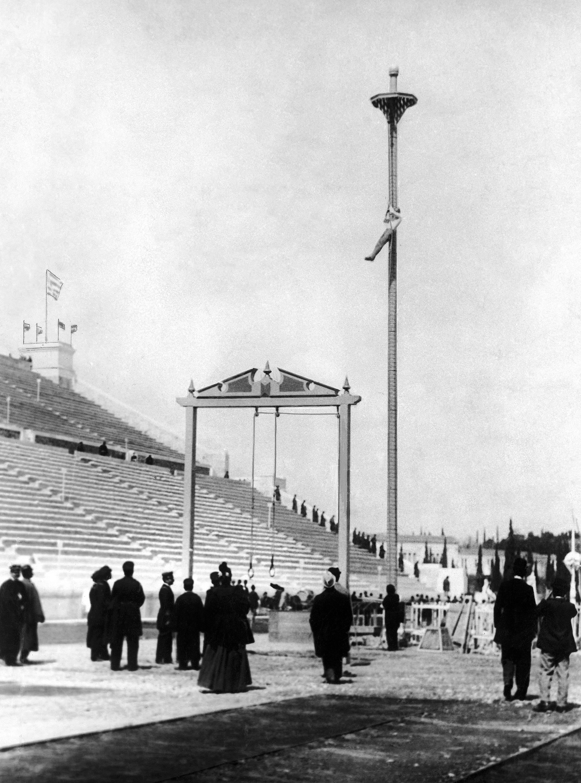 希臘選手 Nikolaos Andriakopoulos 1896年4月10日在第一屆國際夏季奧林匹克運動會參加爬竿比賽項目,他獲得金牌。(美聯社)