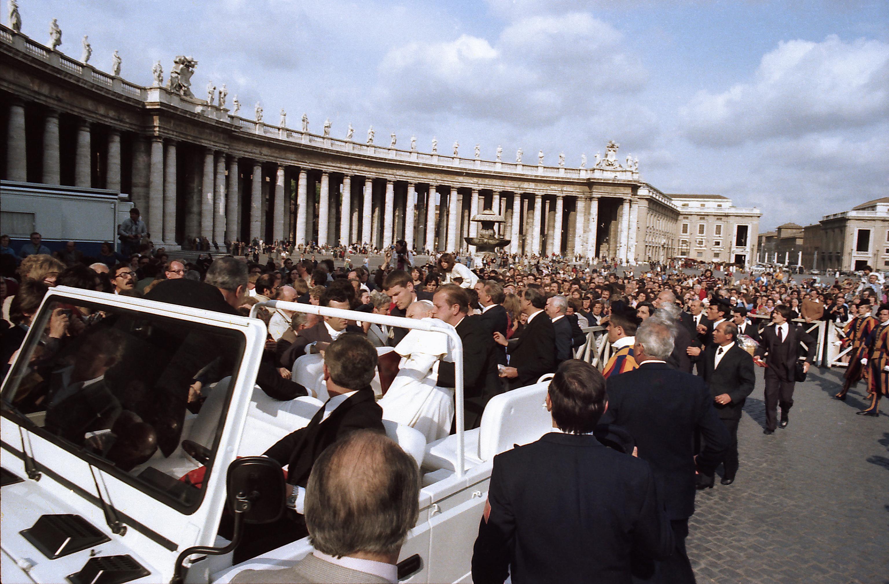 1981年5月13日,教宗若望保祿二世在聖彼得廣場(St Peter's Square)遭土耳其青年阿格卡(Mehmet Ali Agca)槍擊受傷。(Getty Images)