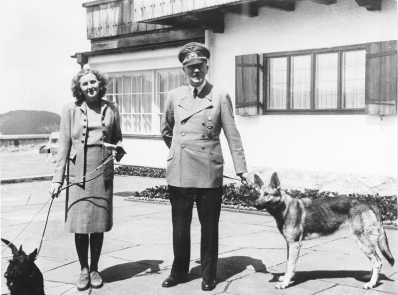希特勒與Evafu0 牽著狗[LM1] 。(攝於1942年6月) (網路圖片)