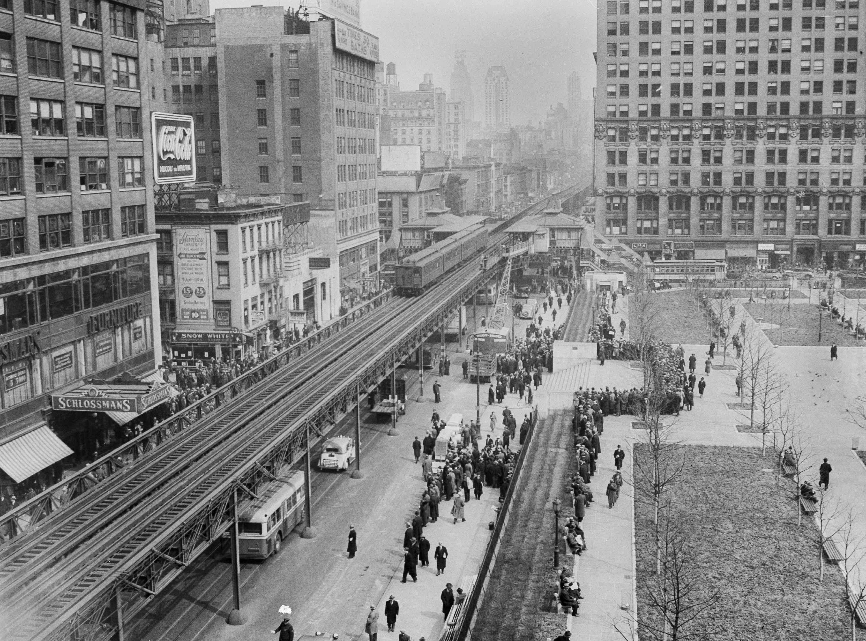 1936年3月23日「六大道高架地鐵」經過42街,右側為布萊恩公園(Bryant Park)。美聯社