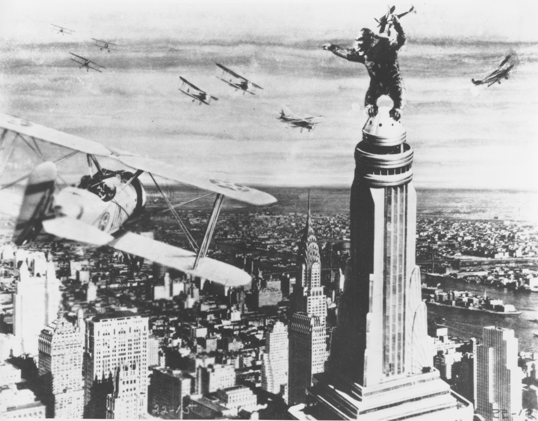 「金剛」驚險的一幕:金剛站在帝國大廈頂端,對抗戰鬥機群。(美聯社)