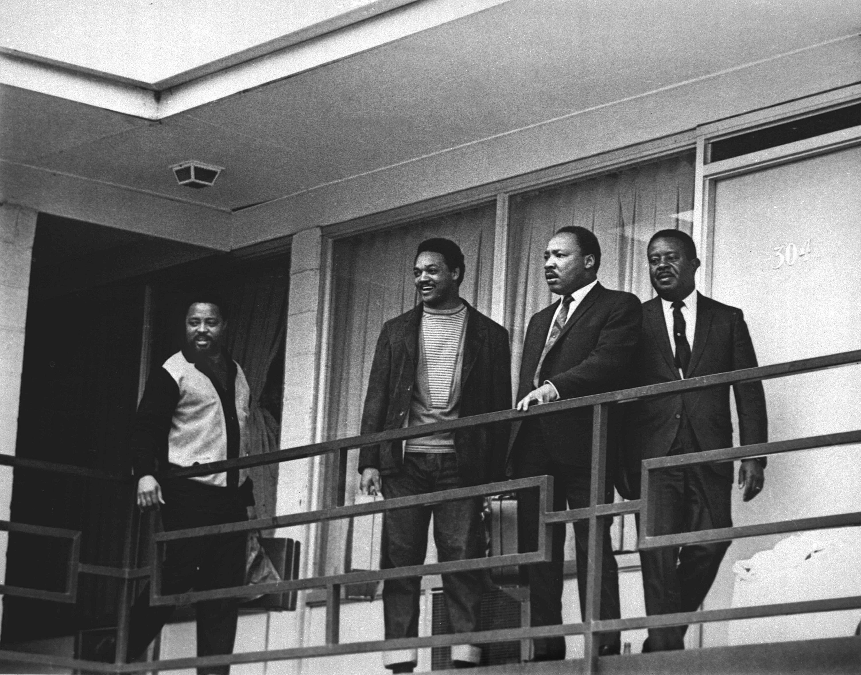 金恩(右二)、傑克遜牧師(右二),4月3日在洛林汽車旅館二樓陽台。隔日,金恩在同個地點被槍殺。(美聯社)