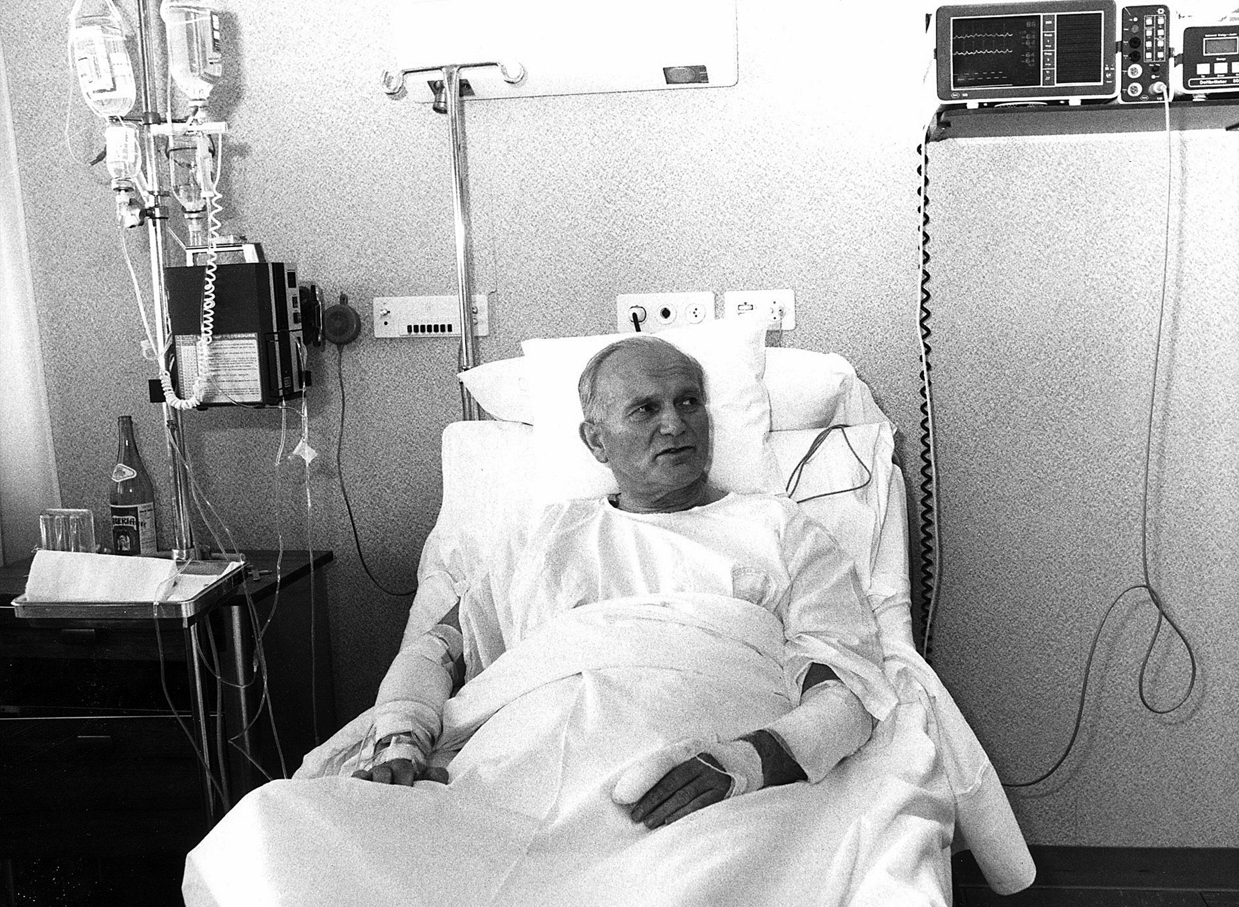 1981年5月19日,教宗若望保祿二世在Policlinico Gemelli 醫院接受治療。 (Getty Images)