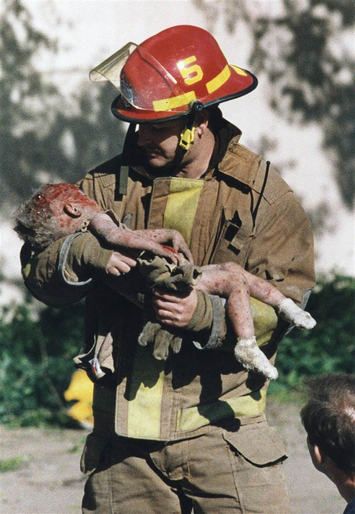 自由攝影師記者Charles Porter 拍攝消防隊員 Chris Fields抱著一名受傷的小朋友 Baylee Almon離開災難現場。 Charles Porter 因此獲得普立茲新聞獎。(美聯社)