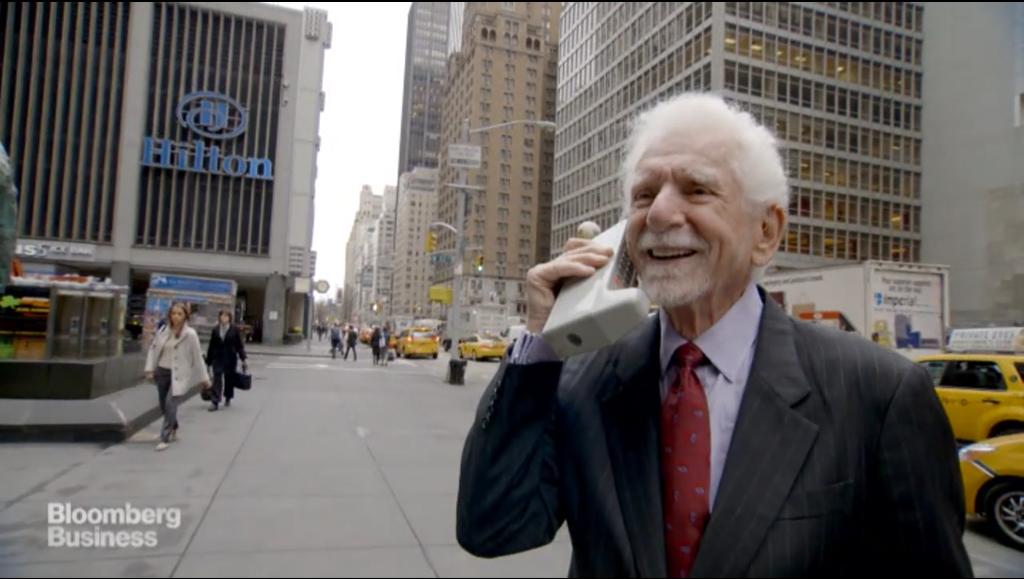 庫柏於2015年4月24日回到現場,示範以DynaTAC型手機撥打電話。(網路)
