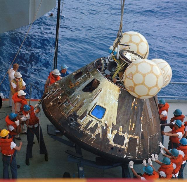 執行「阿波羅13號」任務的太空船「奧德賽」(Odyssey)4月17日安全降落太平洋。太空船嚴重受損。(NASA)