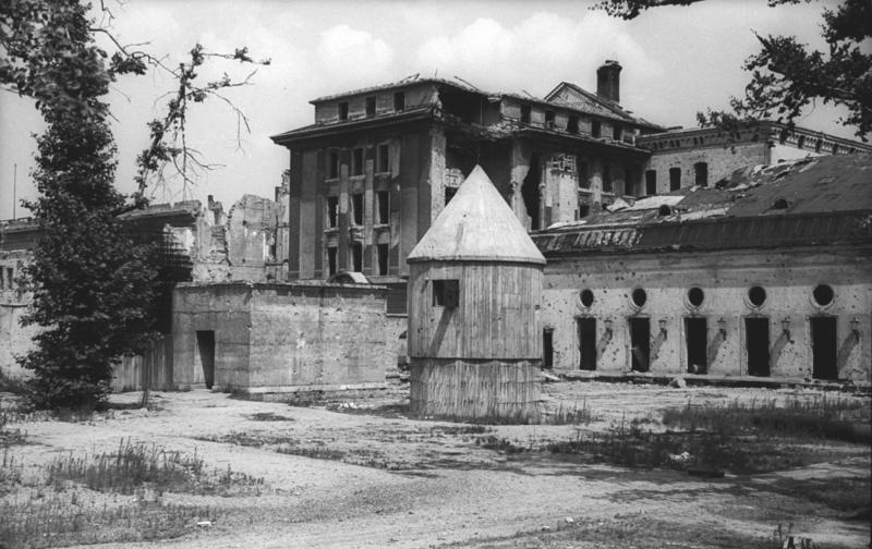 避難碉堡地上部分建物及總理府花園。圓形建築是發電和通風設備,左側是碉堡緊急出入口。(網路圖片)