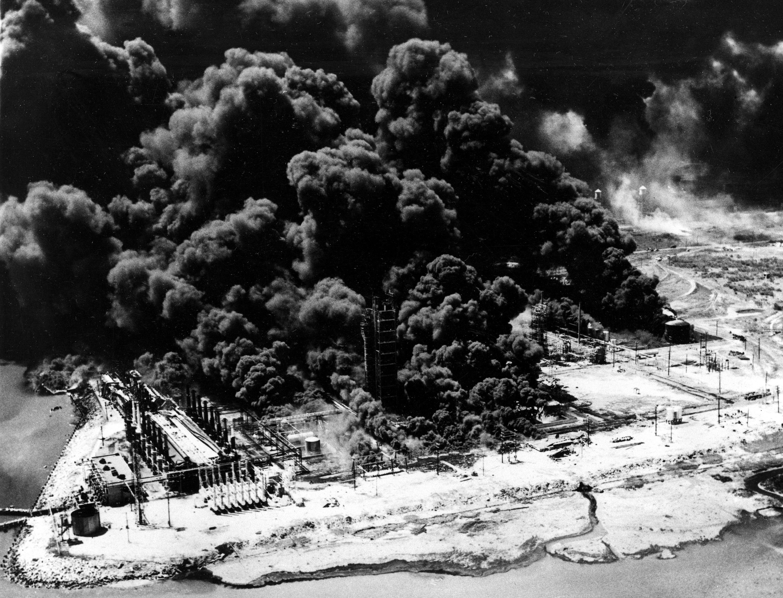 Monsanto 化學公司的煉油廠濃煙滾滾。美聯社