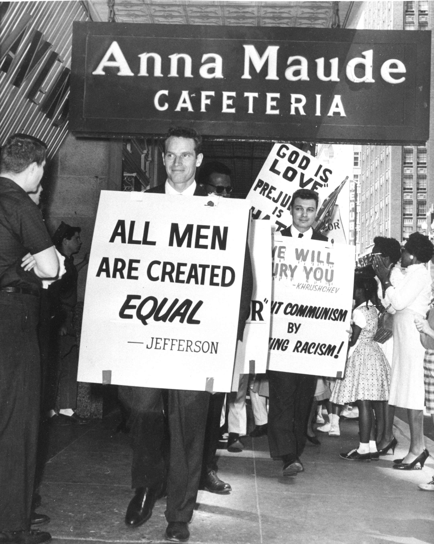 卻爾登希斯頓1961年5月27日在奧克拉荷馬市的一家餐館前示威,抗議餐館種族歧視。(美聯社)