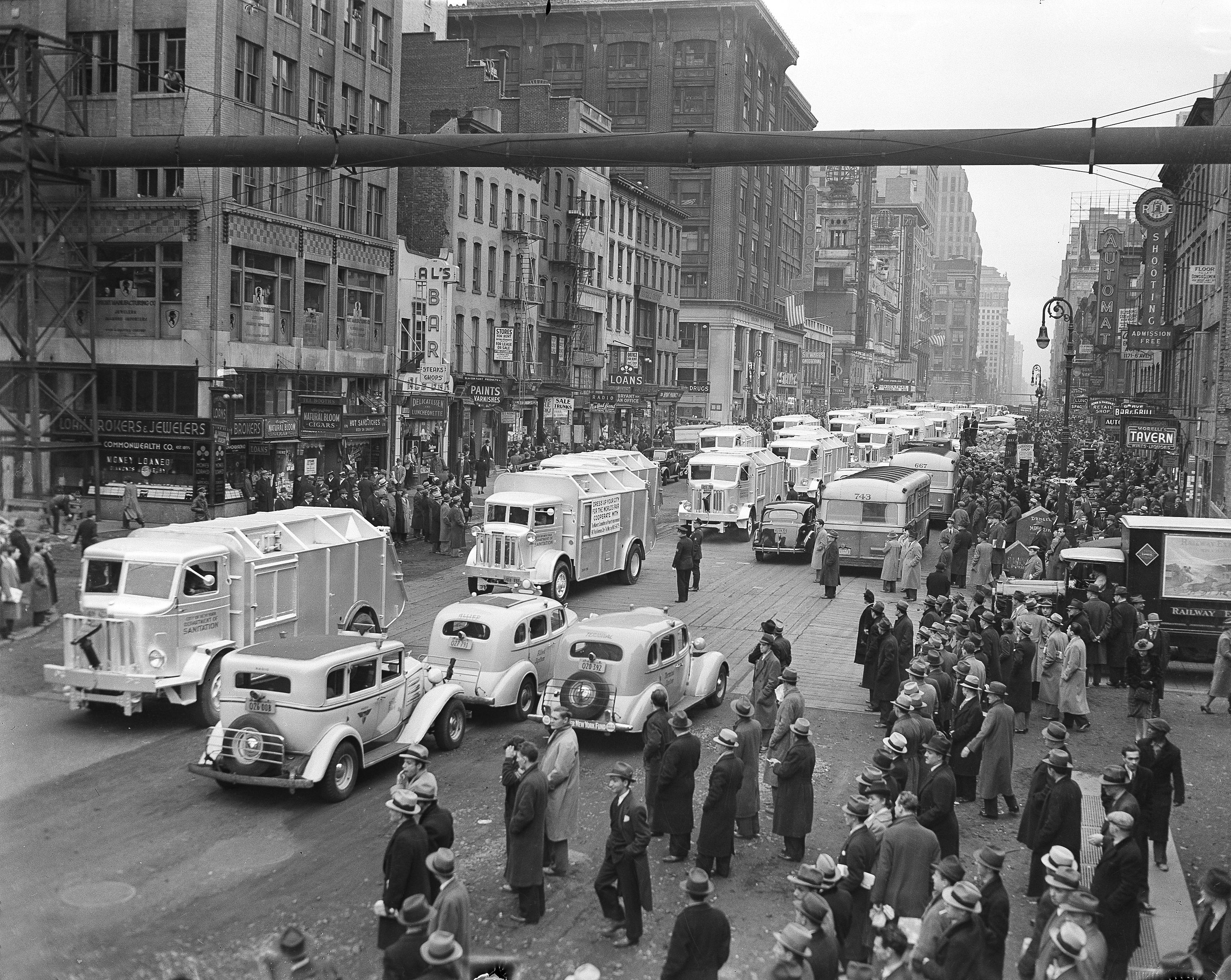 1939年4月17日紐約市清潔局的卡車在第六大道上遊行,以慶祝結束「六大道高架地鐵」。美聯社