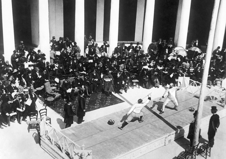德國和法國擊劍選手在鈍劍 決賽中競技。(美聯社)