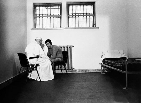1983年12月27日,教宗若望保祿二世到羅馬的Rabibbia監獄為500名囚犯做聖誕彌撒,並探望兇手阿格卡。阿格卡2006年1月12日在土耳其伊斯坦堡被釋放。 (Getty Images)