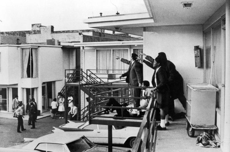 金恩被強集中後倒在陽台上,隨同金恩聲援清潔工的Andrew Young (左) 和其他人指著兇手的位置。 (Joseph Louw 攝)