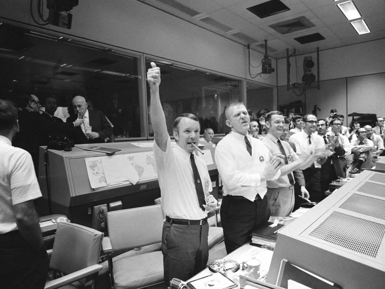 德州休斯頓太空中心工程人員在太空船安全降落太平洋後大聲歡呼。(NASA)