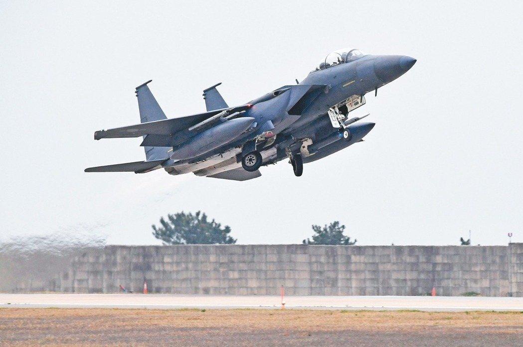 號稱南韓空軍最強戰機的F-15K在群山市參加韓美聯合軍演。 法新社