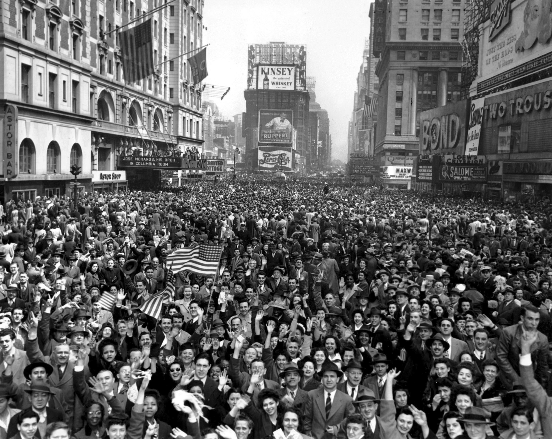 德國無條件投降,紐約時報廣場擠滿了慶祝的人潮。(美聯社)