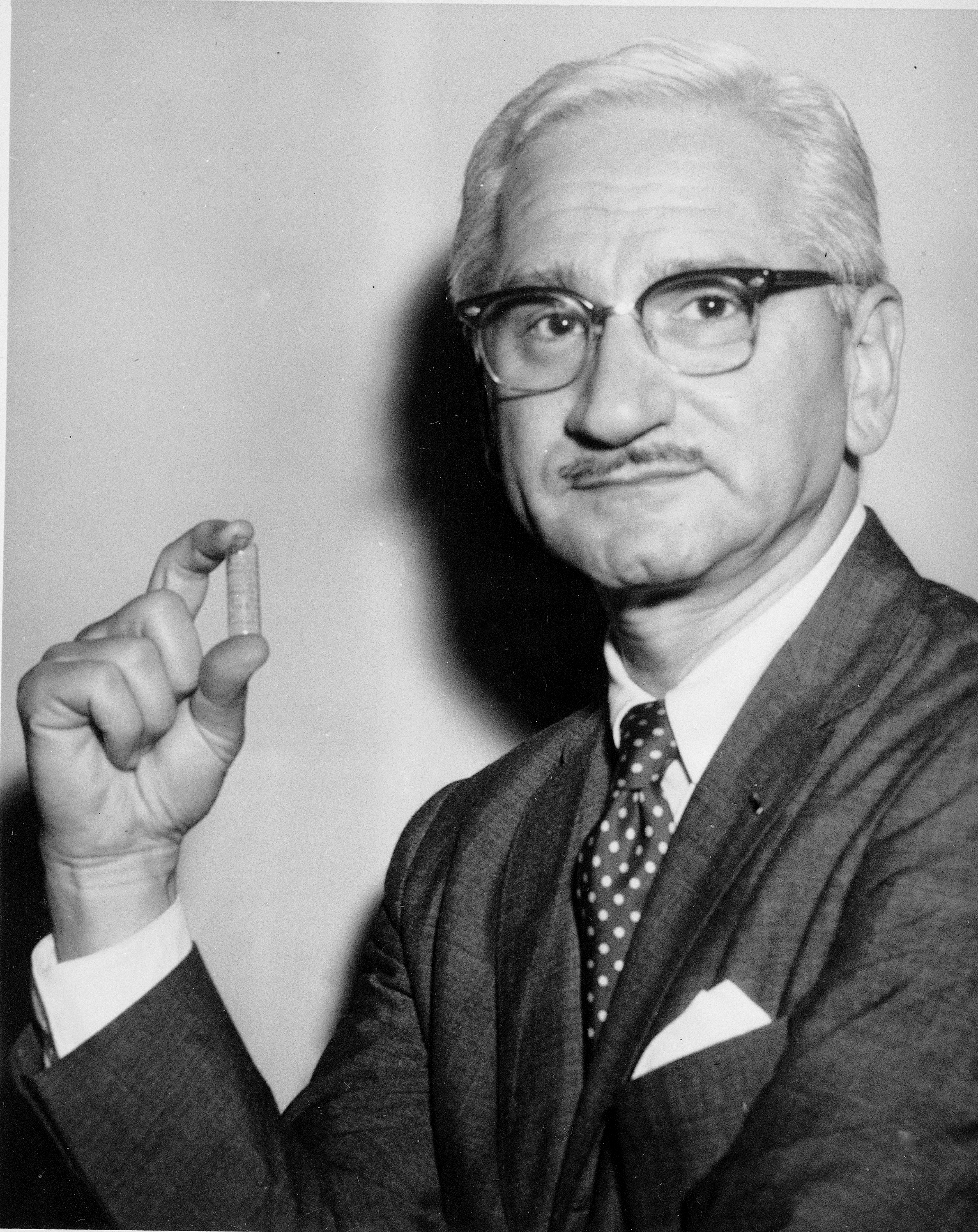 沙賓博士1959年1月展示口服小兒麻痺沙賓疫苗。(美聯社)