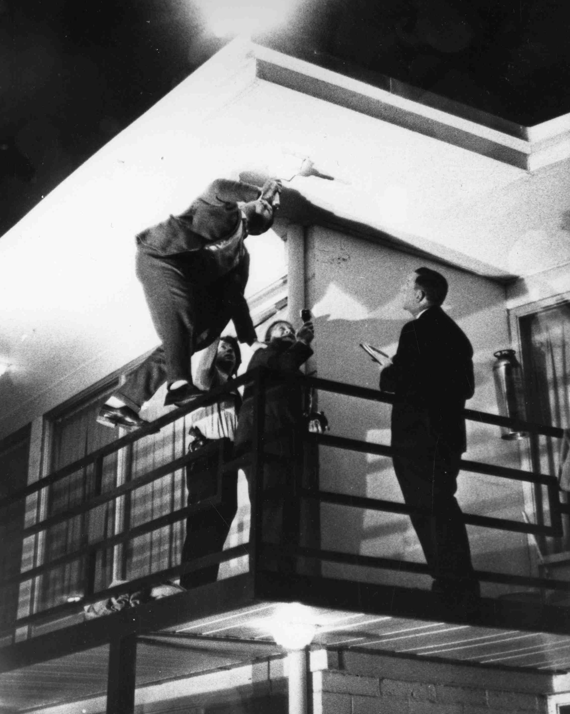 孟菲斯市的警探在金恩被刺殺的現場調查。 (美聯社)