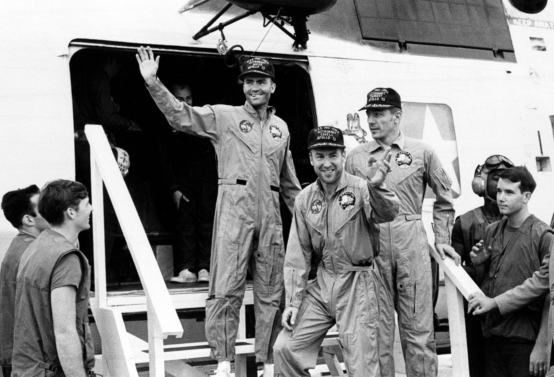 「阿波羅13號」三名太空人海斯(左起)、洛威爾及 史威格於4月17日平安降落太平洋後後,由直昇機接回 Iwo Jima航母。 (美聯社)