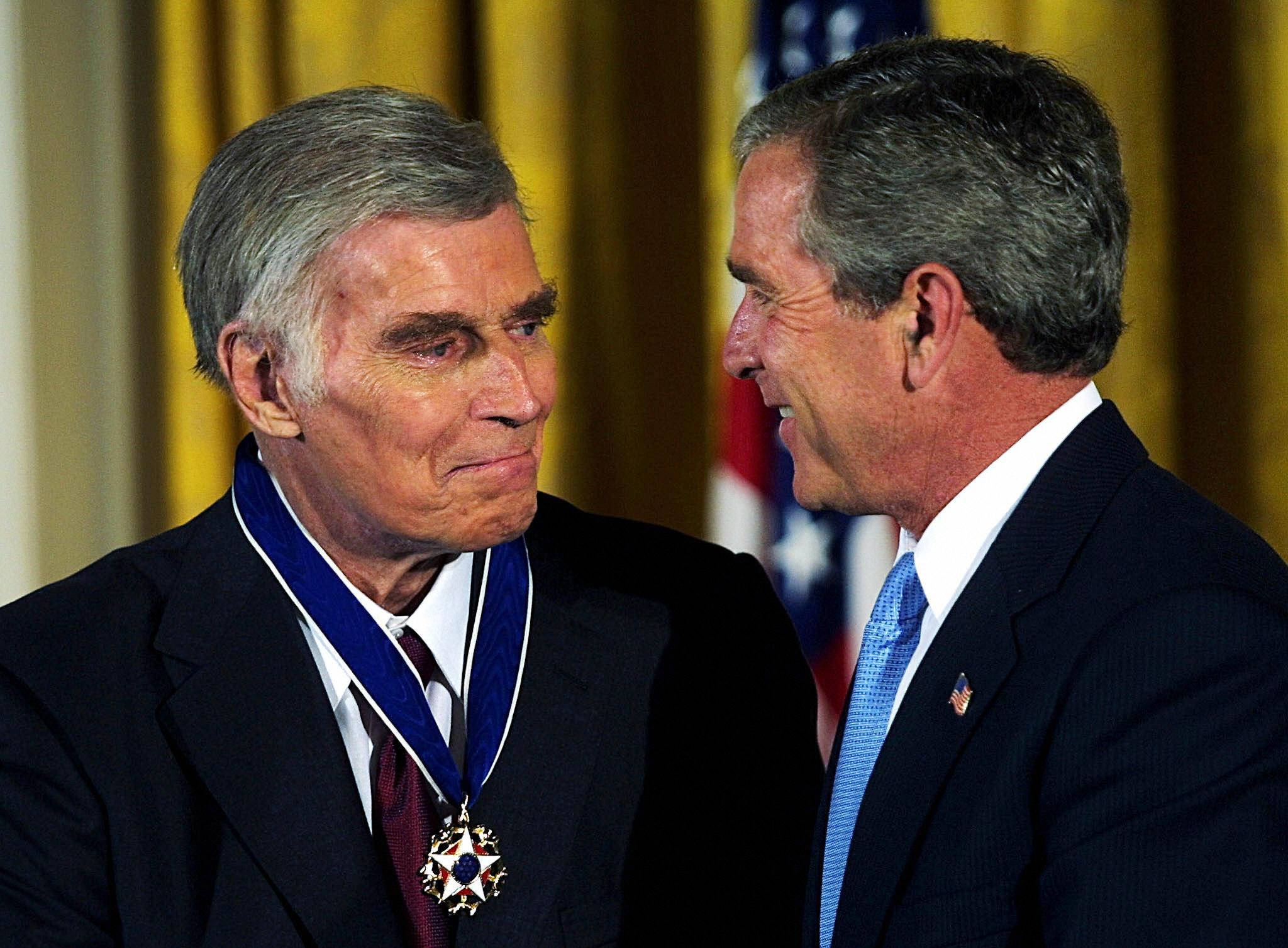 卻爾登希斯頓2003年7月23日在白宮接受布希總統授予美國總統自由勳章。(Getty Images)