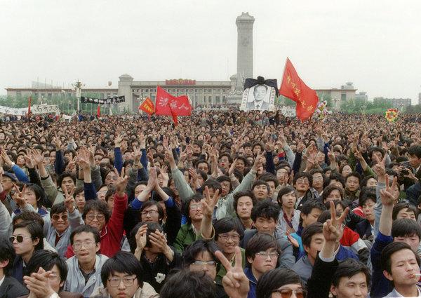 1989年4月22日,胡耀邦的葬禮在人民大會堂舉行,學生聚集在天安門廣場對他表示紀念。(Getty Images)