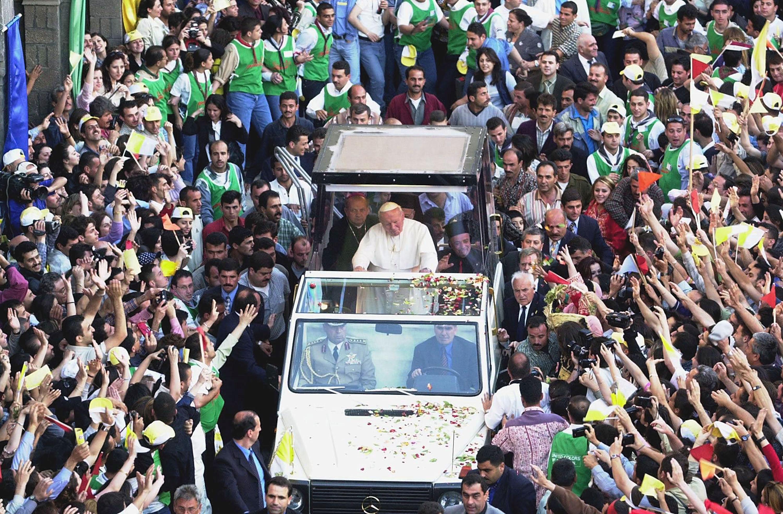 2001年5月7,教宗若望保祿二世訪問敘利亞,搭乘防彈座車向歡迎的民眾致意。(Getty Images)
