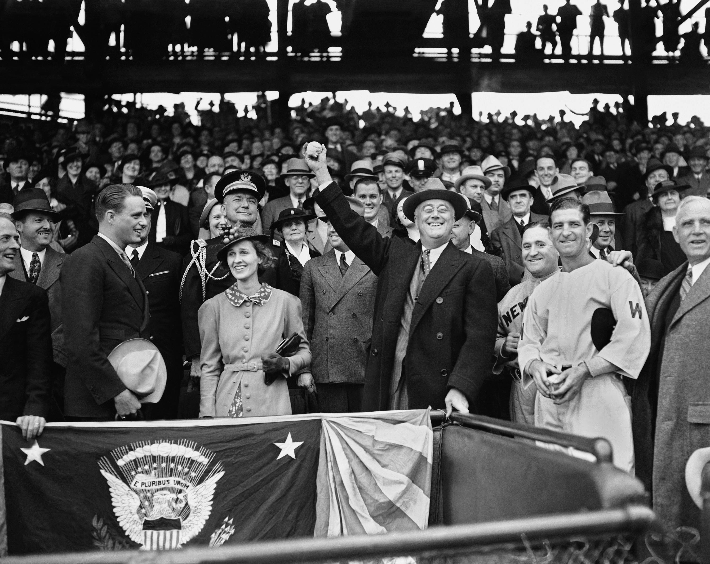 1936年美國職棒(MLB)季賽,羅斯福總統4月14日為當時的華盛頓參議員隊幕賽開球。(美聯社)