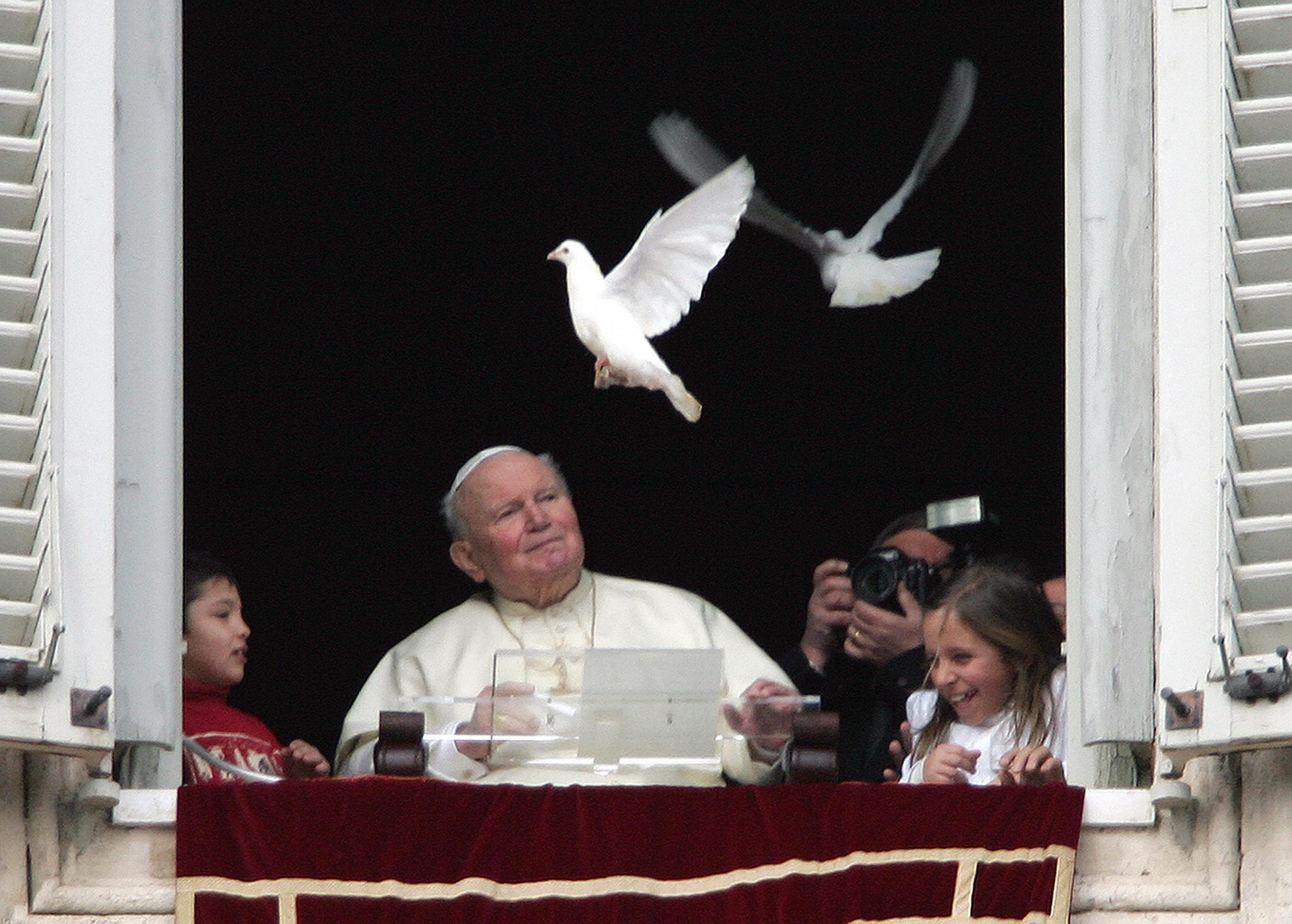 2005年1月30日,教宗若望保祿二世釋放兩隻和平鴿,為世人祈禱。(Getty Images)