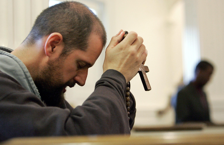 2005年4月3日,教宗若望保祿二世去世的消息傳出,世界各地教友哀悼。(Getty Images)