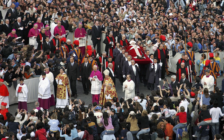 2005年4月4日,教宗若望保祿二世的聖體,移至聖彼得大教堂供信眾瞻仰。(Getty Images)