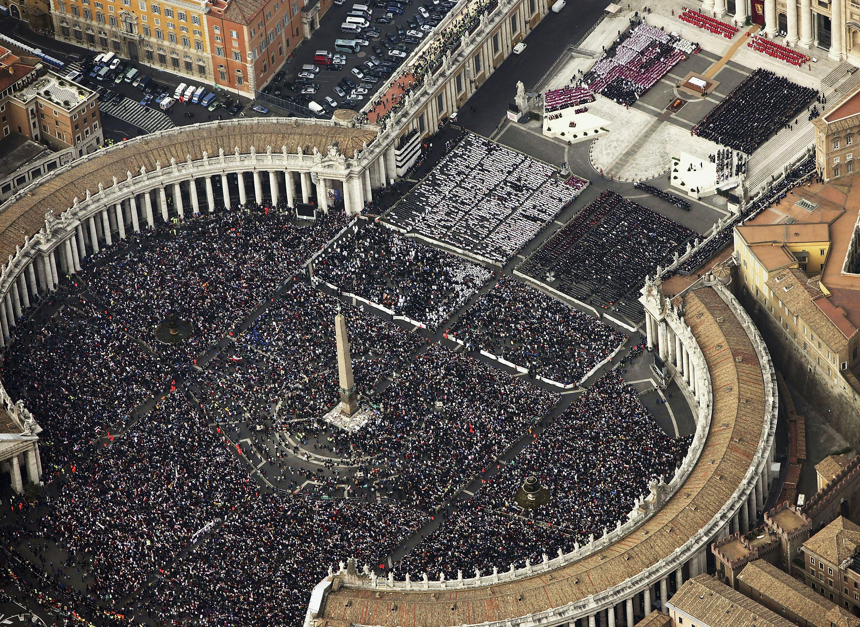 2005年4月8日,教廷在聖彼得大教堂舉行葬禮,數百萬信眾聚集聖彼得廣場及教廷鄰近道路。(Getty Images)