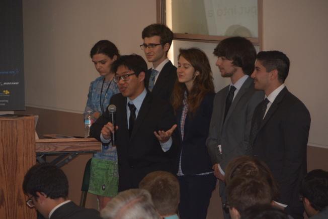 華裔學生Gary Li(前)來自UCLA,他與來自不同高校世界各地的學生組成了Team Voyager進行本次宇航挑戰賽。(記者孫楠希/攝影)