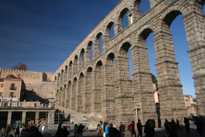 羅馬帝國建造的高架引水渠仍然雄姿英發。