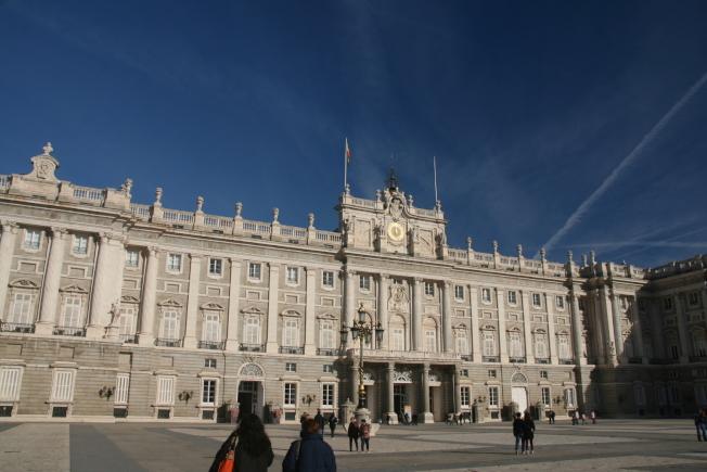 馬德里皇宮外觀如同雪砌瓊樓。