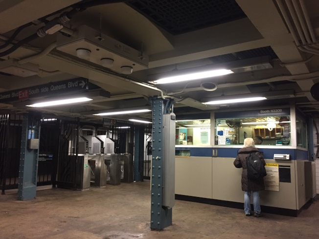 有些檢票口就在售票亭旁邊。