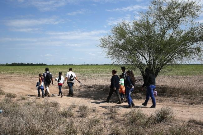圖為從美墨邊界偷渡的中美洲家庭。(Getty Images)