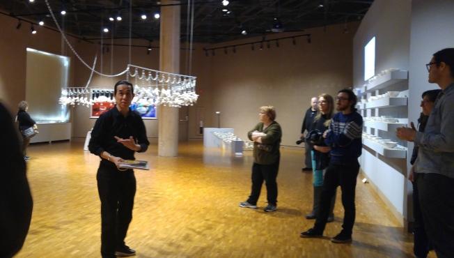吳子雲在印大藝術館中,向參觀者介紹他的展出作品。(記者王冠棠/攝影)