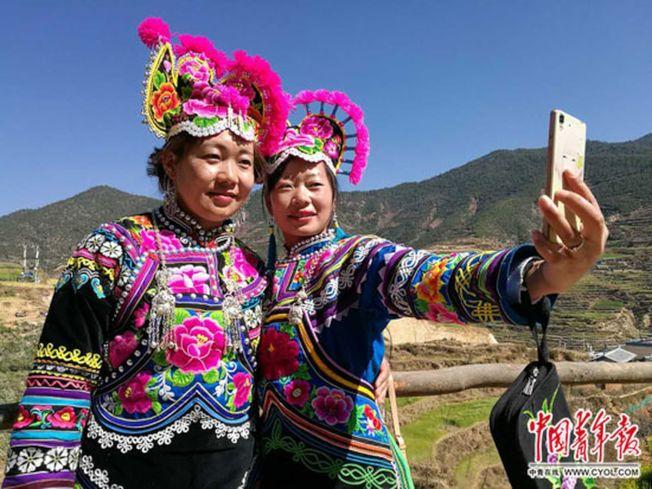 賽裝節這天,姑娘們都要穿上自己縫製的最美服裝。(取材自中國青年報)