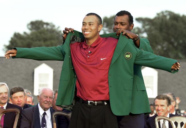 5.1996年名人賽得主Nick Faldo,為伍茲穿上綠夾克。(Getty Images)