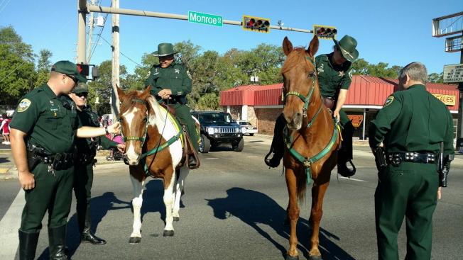 遊行開始前,萊昂縣警長辦公室派出騎警在附近巡邏。(塔城ABC電視台WTXL Tallahassee提供)