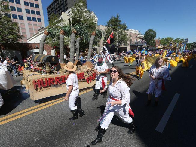 今年「塔城之春」大遊行有百餘花車、樂隊、舞蹈團等隊伍參加遊行,數萬民眾參與,熱鬧非凡。(圖取自www.tallahassee.com)