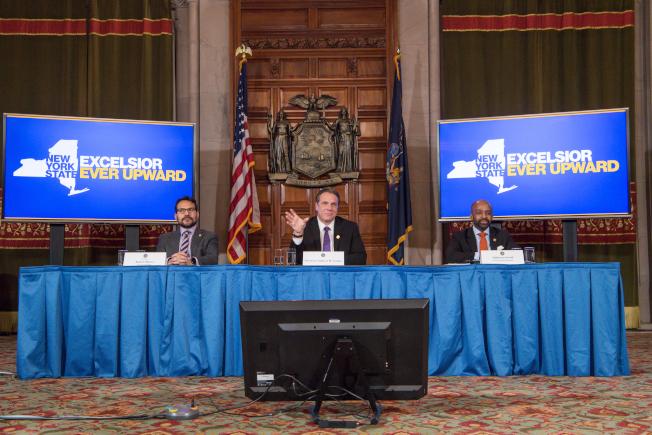 葛謨(中)宣布與州參眾議會達成協商,2018財年預算將如期通過。(取自州長辦公室網站)